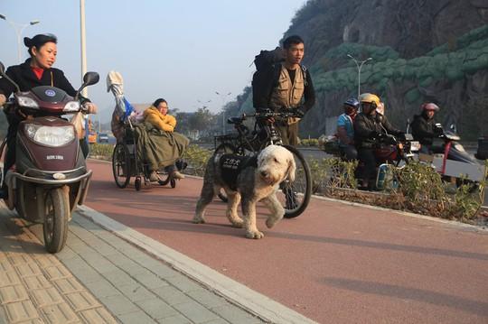 Đưa bạn gái ngồi xe lăn đi khắp đất nước