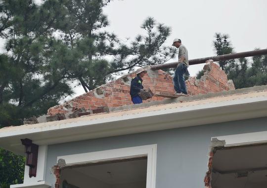 Công trình biệt thự 3 tầng của ông Phan Như Thạch đang được tháo dỡ ráo riết
