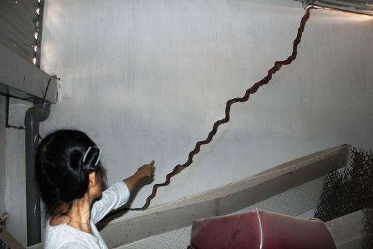 Bức tường chờ sập của nhà bà Sự với vết nứt dài hơn 3 m