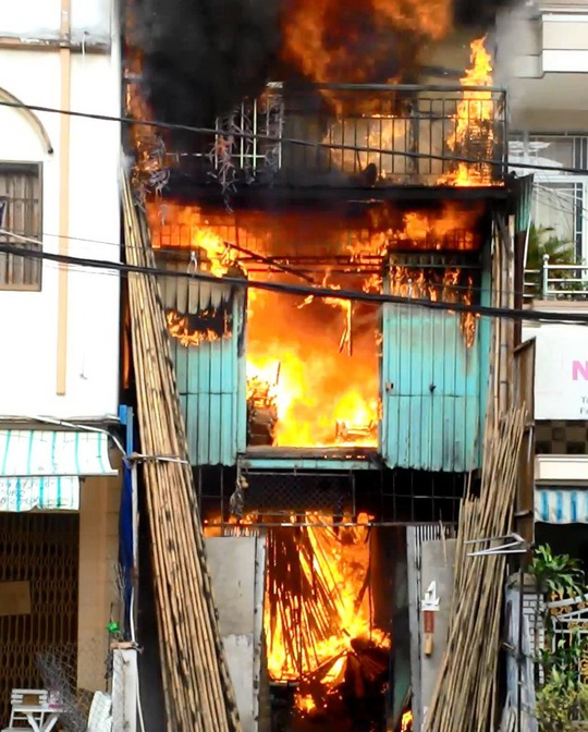 Lửa bùng dữ dội sau vài tiếng nổ tại nhà số 182 Trần Quý, phường 6, quận 11, TP HCM vào trưa 18-1.