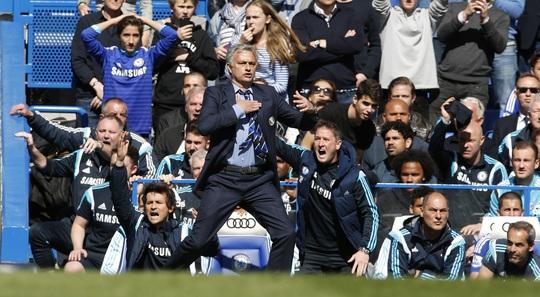 HLV Mourinho chỉ đạo các học trò chơi phòng ngự và chờ thời cơ trong trận gặp Crystal Palace tối 3-5