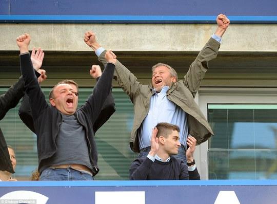 Ông chủ Roman Abramovich ăn mừng hết cỡ trên khán đài và sau đó xuống sân chúc mừng các cầu thủ