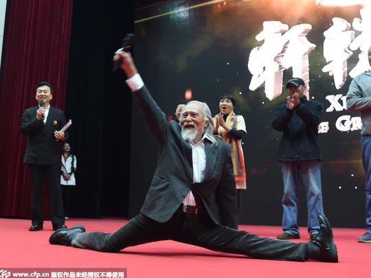 Màn xoạc chân dẻo dai của nghệ sĩ Đức Thuận