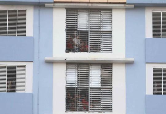Sinh viên ký túc xá Đại học Bách khoa xem trận đấu qua khung cửa sổ