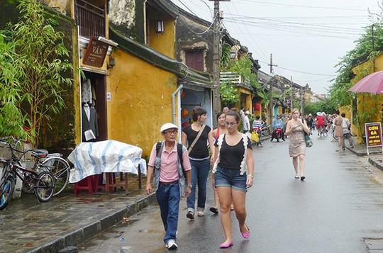 Du khách ở phố cổ Hội An - Ảnh: Đào Loan