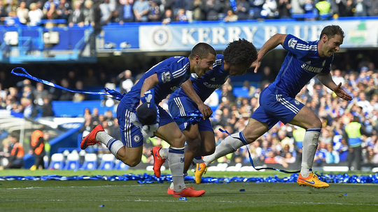 Hazard, Willian và Ivanovic chạy như điên mừng chiến thắng cùng khán giả