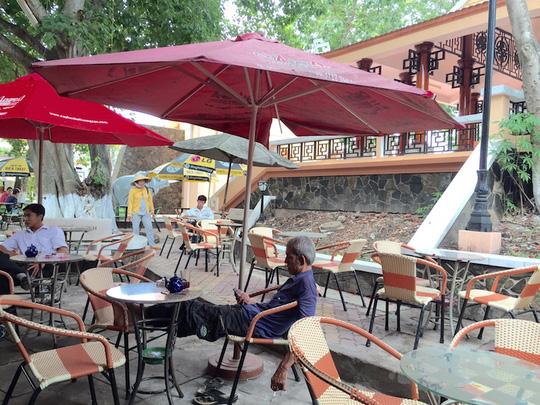 Quán cà phê bên trong khu di tích Cửu Hưu Thành Long Hồ
