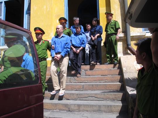Các bị cáo ra xe sau khi toàn tuyên án