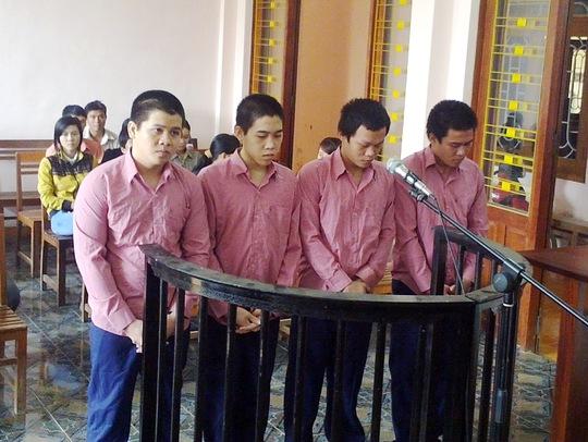 Trần Công Nghĩa, Võ Ngọc Hiếu, Nguyễn Tấn Lưu và Văn Hồng Huyền (từ phải qua trái) tại phiên tòa.