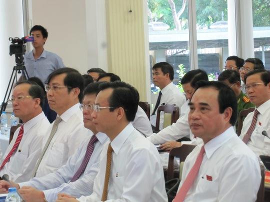 Các đại biểu chăm chú lắng nghe nhiều vấn đề nóng tại kỳ họp (ảnh Hoàng Dũng)