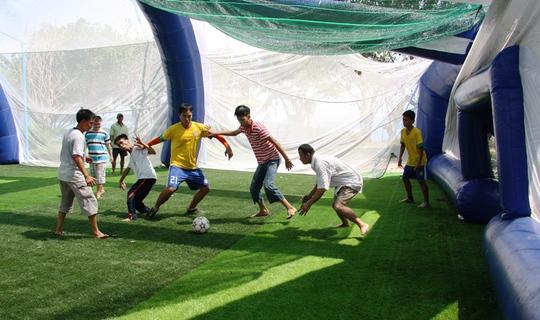 Các em sôi nổi ở phần thi đấu đá bóng với nhau