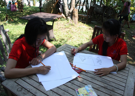 Các em thi vẽ với chủ đề ước mơ của em