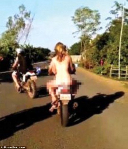 Ba du khách chở nhau khỏa thân ở Campuchia. Ảnh: Phnom Penh times