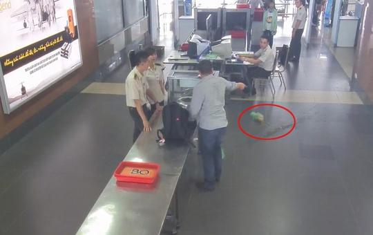 Hành khách lăng mạ nhân viên, ném lọ mắm cà ngay tại sân bay - Ảnh cắt từ clip