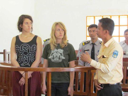 Chị em Lindsey Adams (trái) và Leslie Adams ra tòa vì hành vi chụp ảnh khỏa thân tại công viên khảo cổ Angkor  Ảnh: The Phnom Penh Post