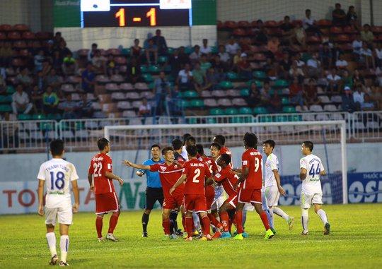 Trận đấu nhiều lần tạm dừng bởi những va chạm giữa 2 đội