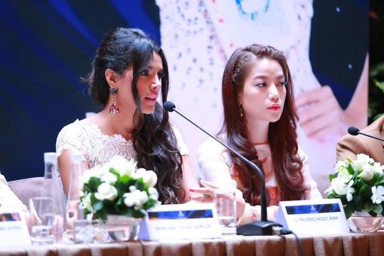 Hoa hậu thế giới 2011 Ivian Sarcos trong buổi họp báo chiều 4-1. Cô được mời làm giám khảo danh dự của Hoa khôi áo dài Việt Nam 2014-Đường tới vương miện Hoa hậu thế giới