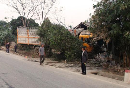 Hiện trường vụ tai nạn chiếc xe tải cán chết người đi xe máy rồi đâm sập nhà dân ven đường