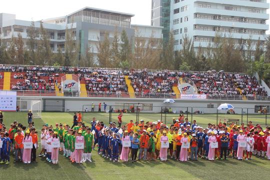 Lễ khai mạc diễn ra long trọng trong sáng 4-4 với sự tham gia của đông đảo  vận động viên và cổ động viên