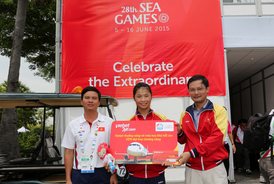 Nhà vô địch canoeing Trương Thị Phương (giữa) nhận thưởng nóng
