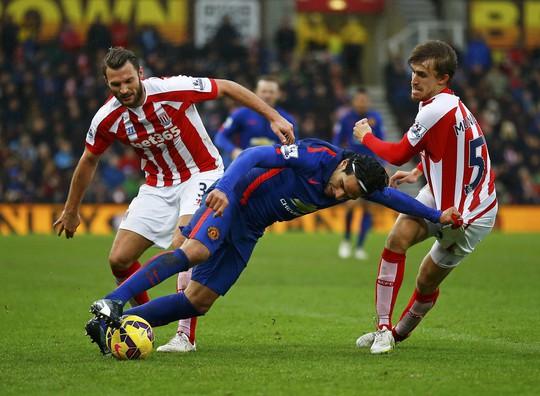 Falcao ghi bàn trong trận hòa Stoke City hôm 1-1 nhưng vẫn không thuyết phục được HLV Van Gaal