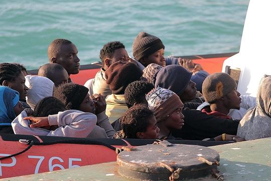 Những người sống sót được đưa đến cảng Porto Empedocle, nước Ý. Ảnh: AP