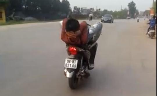 Ảnh thanh niên lái xe bằng chân trên quốc lộ
