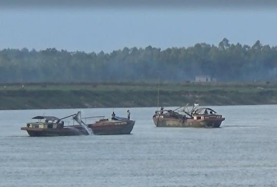 Các tàu khai thác cát trái phép trên sông Lam