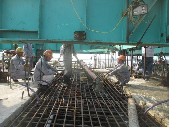 Công nhân đang thi công những công đoạn cuối trên cầu Cổ Chiên vào sáng 22-4