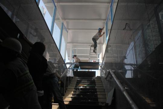 Cầu thang từ nhà điều hành lên đường Nguyễn Huệ