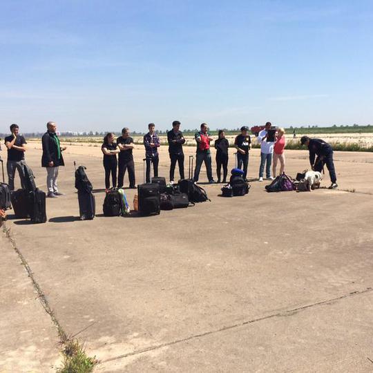 Hành khách chờ máy bay được kiểm tra. Ảnh: RT