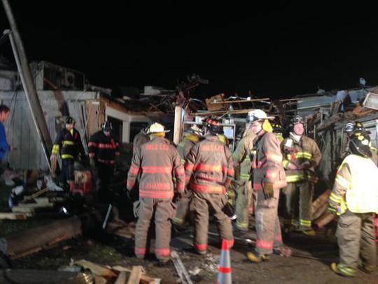 Nhân viên cứu hộ được điều động đến giúp đỡ. Ảnh: CNN
