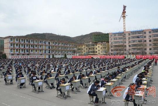 Nhà trường đã tính đến yếu tố thời tiết trước khi tổ chức buổi thi ngoài trời. Ảnh: HSW.EN