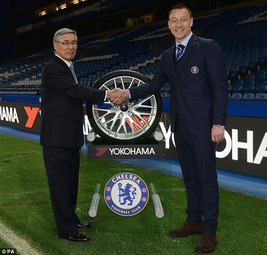 Đội trưởng Terry và ông đại diện của Yokohama Rubber - ông Nagumo