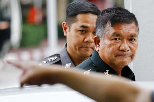 Tướng Manus Kongpan (bên phải) tự thú hôm 3-6 Nguồn: Reuters