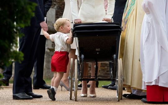 Hoàng tử bé George nhón chân nhìn em gái Charlotte. Ảnh: