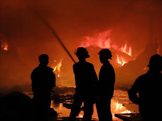 Bông vải cháy lan rất nhanh nên lính cứu hỏa phải khoanh vùng vụ hỏa hoạn