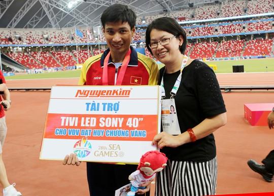 Nguyễn Văn Lai nhận thưởng nóng từ nhà tài trợ tối 9-6 Ảnh: Đông Linh
