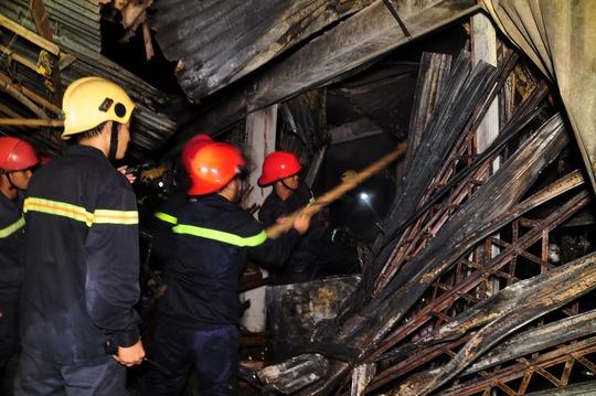 Lực lượng PCCC công an tỉnh Quảng Ngãi đang giập lửa vụ cháy chợ Nghĩa Phú