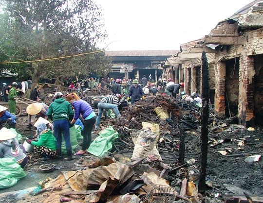 Cảnh tan hoang sau vụ cháy tại chợ đầu mối Ba Đồn