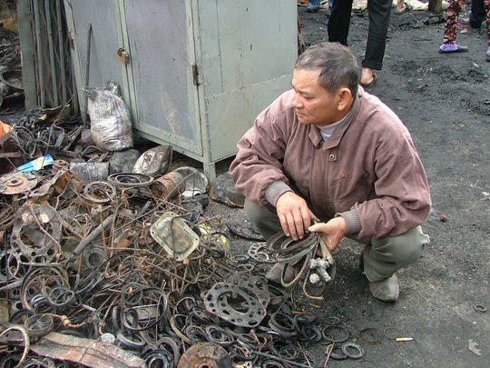 Ông Trương Văn Bình đang bới đống phế liệu tìm sổ nợ
