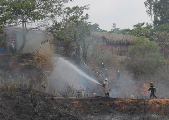 Đám cháy phát sinh ở bãi cỏ khô rộng hàng ngàn mét vuông sát nhiều cơ sở chứa đồ và công ty sản xuất gỗ