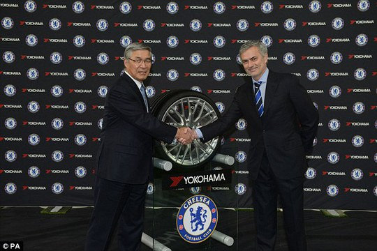 HLV Chelsea (phải) và nhà tài trợ trong lễ ký kết
