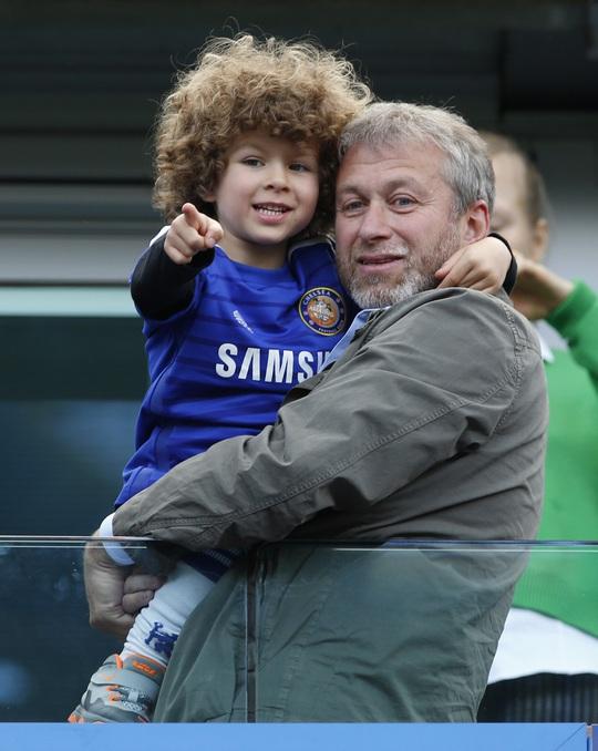 Ông Abramovich ăn mừng với cậu con trai Aaron