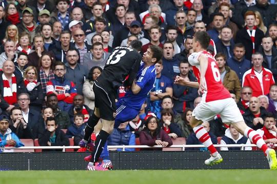Chelsea cho rằng họ lẽ ra phải được hưởng phạt đền ở tình huống thủ môn Ospina phạm lỗi với Oscar