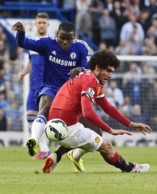 Hậu vệ Zouma đã hoàn thành xuất sắc nhiệm vụ thầy Mourinho gia phó: Vô hiệu hóa Fellaini (phải)