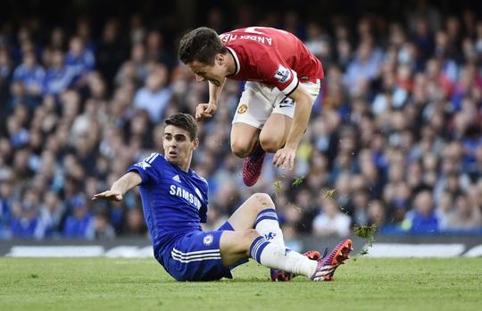 HLV Mourinho châm biếm Herrera (phải) có pha ăn vạ lộ liễu ở phút bù giờ