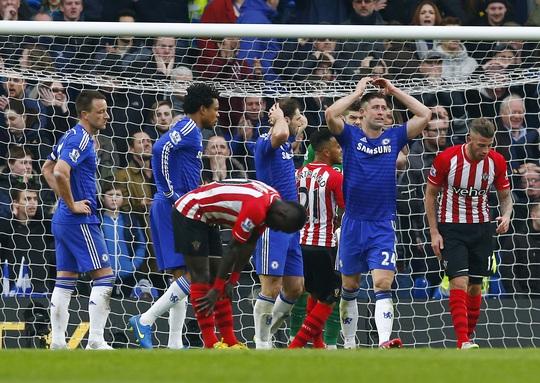 Các cầu thủ Chelsea tiếc nuối sau một pha bỏ lỡ của Terry