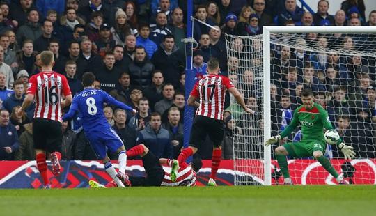 Oscar (8) chơi khá hay nhưng không thắng được thủ môn Forster