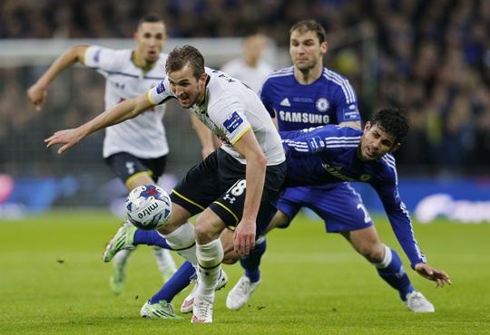 Kane (trái) ghi nhiều bàn hơn Diego Costa, chỉ kém Aguero